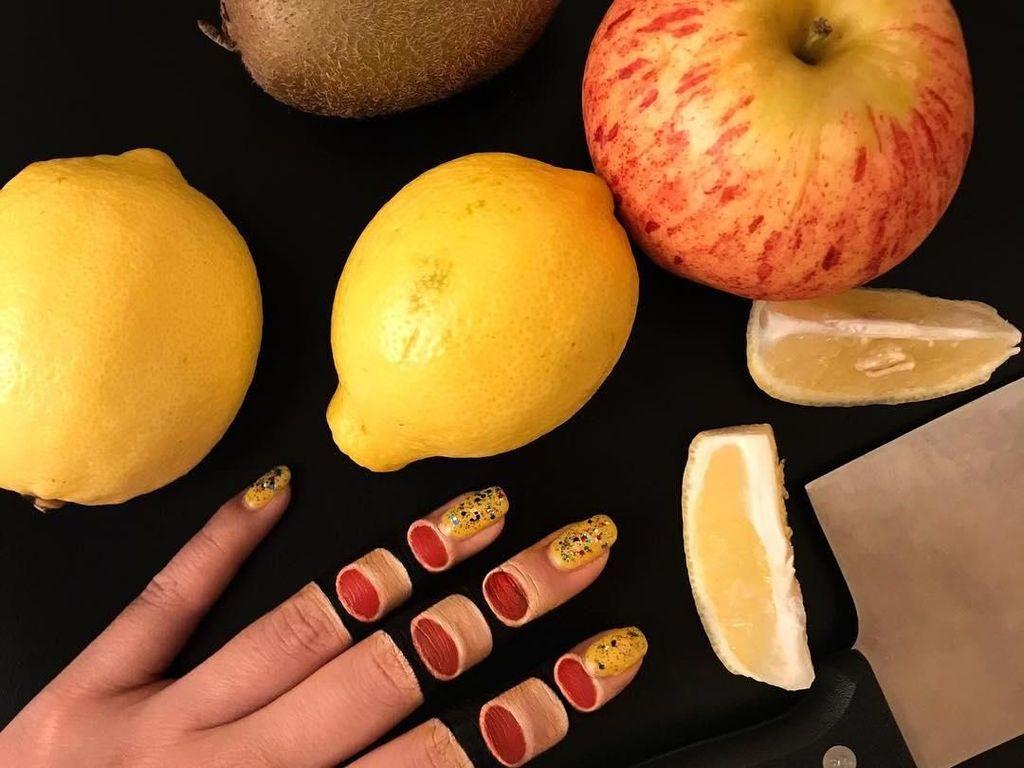 Mimi lewat akun Instagram @mimles kembali mengejutkan followers-nya dengan makeup bertema jari terpotong. Hiii, kok kayak beneran ya? Foto: Instagram mimles