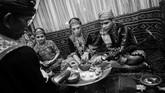 Esoknya, hari kedua pernikahan, ada ritual 'Mojunu' yang bermakna pembersihan diri untuk menjalani kehidupan rumah tangga. Maknanya seperti 'Siraman' di adat Jawa. (ANTARA FOTO/Fiqman Sunandar)