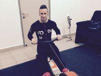 Sebagai seorang pembalap motor Dovi perlu memiliki berat tubuh yang ideal dengan kekuatan otot memadai. Ia pun rutin melakukan olahraga beban. (Foto: Instagram/andreadovizioso)