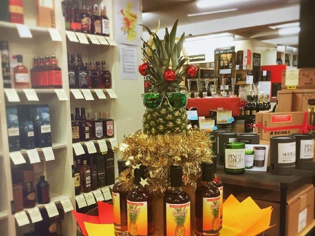 Tak hanya di rumah dan apartemen mungil toko wine juga memakai nanas sebagai pohon natal. Toko wine @dunellswines memajang nanas sebagai sentre piece di tokonya sehingga suasana jadi meriah.Foto: Istimewa