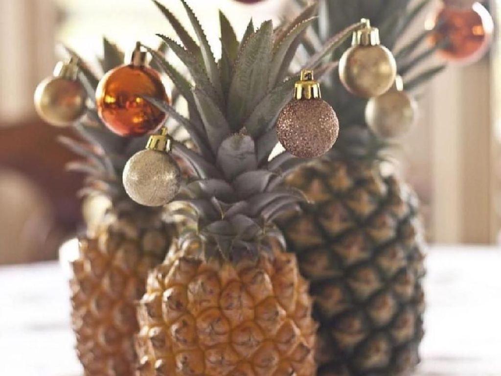 Ini juga sederhana banget. Pilih nanas yang tingginya tak sama dan bisa dibuat rangkaian dengan hiasan natal yang warna-warni. Dijamin meriah dan praktis.Foto: Istimewa
