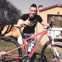 Di sela-sela kesibukannya, Dovi memiliki hobi menggowes sepeda. Bila sedang tidak sibuk ia akan menyempatkan diri mengayuh sepeda lintas alam yang tentunya baik untuk membangun ketahanan stamina. (Foto: Instagram/andreadovizioso)