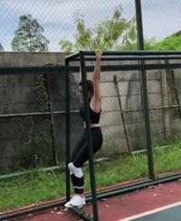 Gisel sendiri pun melakukan pull up secara bertahap sambil melatih kekuatan otot tangan. Instagram @gisel_la