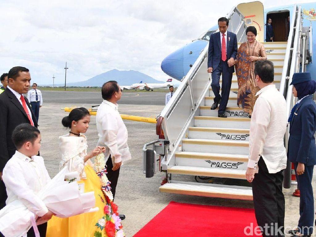 Momen Jokowi dan Iriana menggenggam tangan Iriana saat turun dari pesawat kepresidenan di Manila, Filipina. Foto: Laily Rachev/Biro Pers Setpres