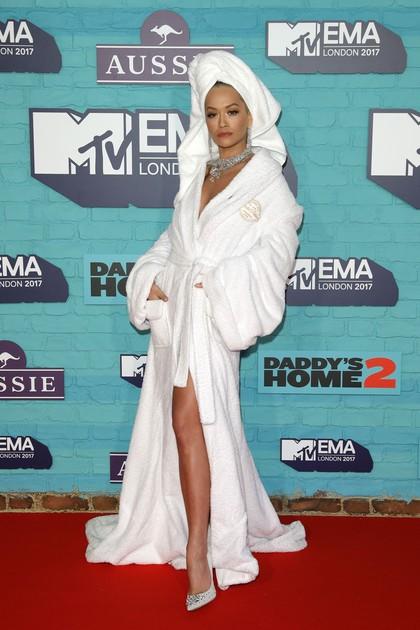 Seperti Rita Ora, 10 Artis Ini Bergaya Seksi Pakai Handuk Saat Pemotretan