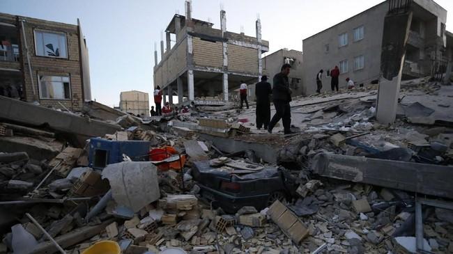 Pejabat kesehatan Kurdi mengatakan bahwa setidaknya ada empat orang tewas di Irak, sementara sekitar 50 lainnya terluka akibat gempa di Iran-Irak. (AFP Photo/ISNA/Pouria Pakizeh)