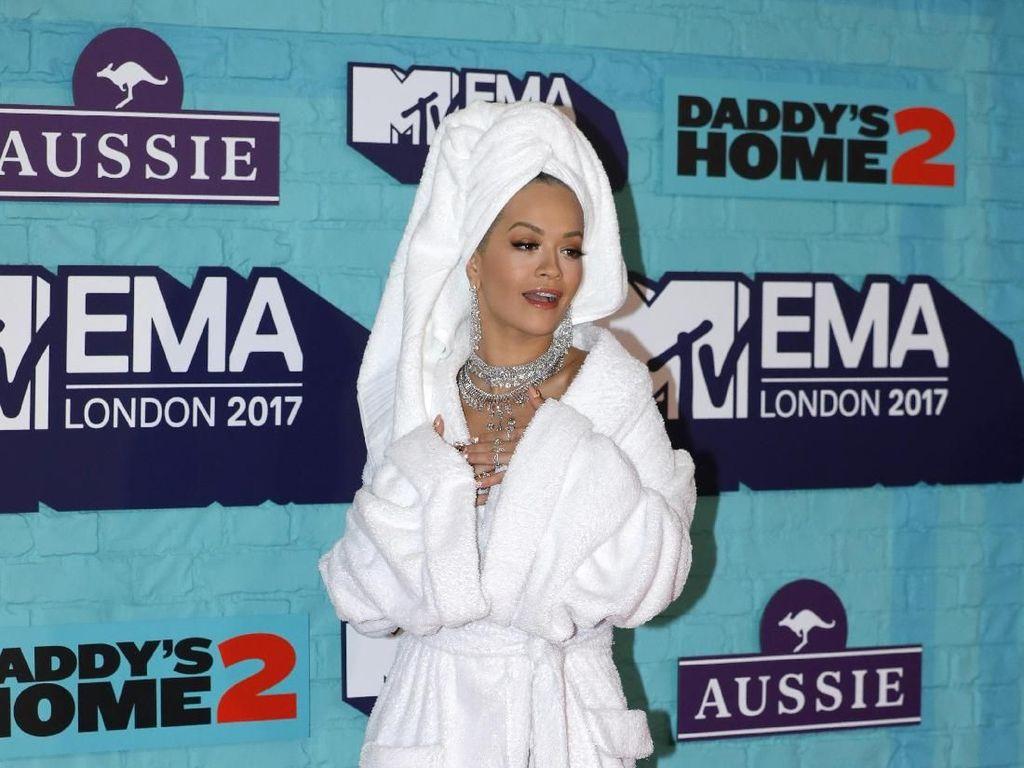 Foto: Gaya Nyeleneh Rita Ora yang Hanya Pakai Handuk di MTV EMA 2017