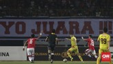 Bhayangkara FC yang sudah memastikan gelar juara Liga 1 2017, membuka keunggulan saat laga baru berjalan tiga menit melalui gol Ilija Spasojevic. (CNNIndonesia/Adhi Wicaksono)