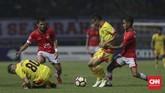 Persija Jakarta kemudian menyamakan kedudukan 1-1 saat injury time babak pertama melalui tendangan voli Ramdani Lestaluhu (kanan). (CNNIndonesia/Adhi Wicaksono)