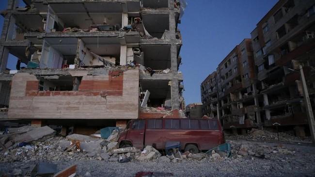 Sementara itu, 1.700 warga lainnya terancam tak bisa mendapatkan pengobatan maksimal karena gedung-gedung rumah sakit rusak parah akibat gempa di Iran-Irak. (AFP Photo/ISNA/Pouria Pakizeh)