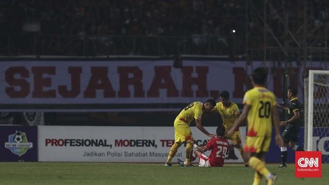 Sandi Sute (duduk) mendapat kartu merah setelah melakukan pelanggaran berbahaya terhadap pemain Bhayangkara FC Firli Apriansyah. (CNNIndonesia/Adhi Wicaksono)