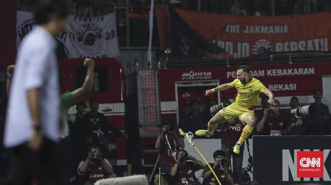 Penyerang Bhayangkara FC Ilija Spasojevic melakukan selebrasi gol ke gawang Persija Jakarta. Spasojevic yang masuk skuat Timnas Indonesia berhasil menerima umpan Paulo Sergio. (CNNIndonesia/Adhi Wicaksono)