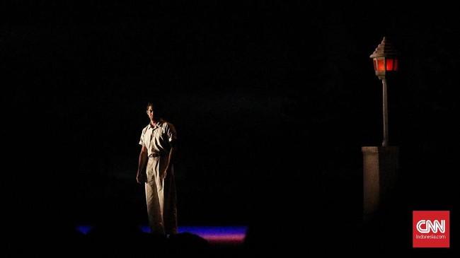 <p>Penyair Chairil Anwar dihidupkan dalam pertunjukan teater bertajuk Perempuan Perempuan Chairil di bawah produksi Titimangsa Foundation, akhir pekan lalu, 10-11 November. (CNN Indonesia/Agniya Khoiri)</p>