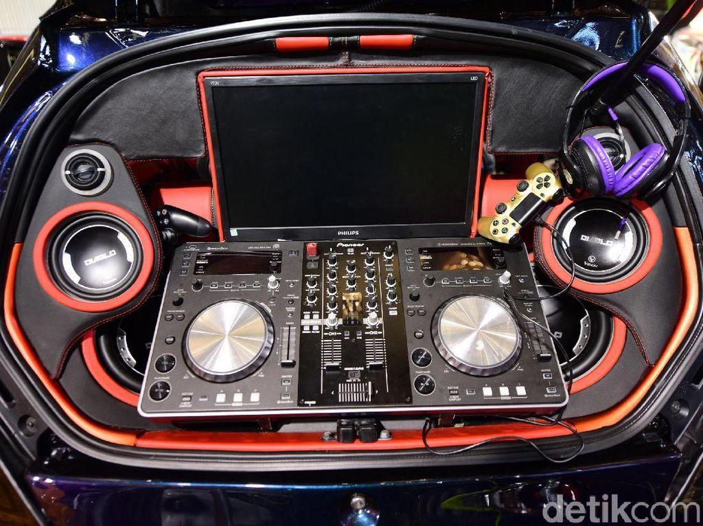 Honda Brio itu dilengkapi dengan DJ portable.