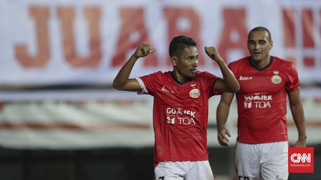 Persija Jakarta akhirnya memastikan kemenangan lewat gol Ramdani Lestaluhu pada menit ke-84. Lewat skema serangan balik, Ramdani mencungkil bola melewati kiper Awan Setho. (CNNIndonesia/Adhi Wicaksono)