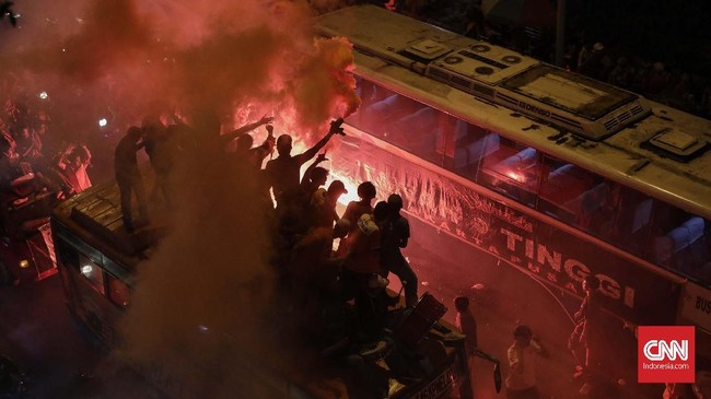 Suporter Persija Jakarta The Jakmania merayakan kemenangan atas Bhayangkara FC di Stadion Patriot Candrabhaga, Bekasi. (CNNIndonesia/Adhi Wicaksono)