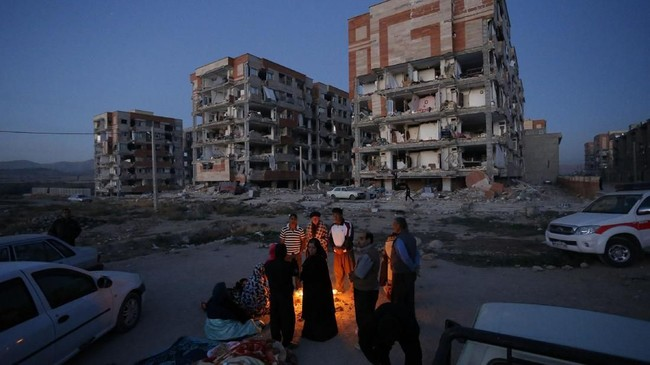 Kepala Palang Merah Iran melaporkan, lebih dari 70 ribu orang kini membutuhkan tempat penampungan darurat akibat gempa di Iran-Irak. (AFP Photo/ISNA/Pouria Pakizeh)