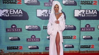 Rita Ora Pakai 'Jubah Mandi' di Karpet Merah MTV EMA