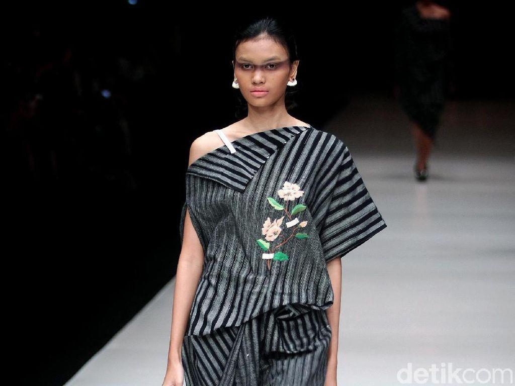 Foto: 25 Koleksi Lulu Lutfi Labibi Mengangkat Kain Lurik Yogyakarta