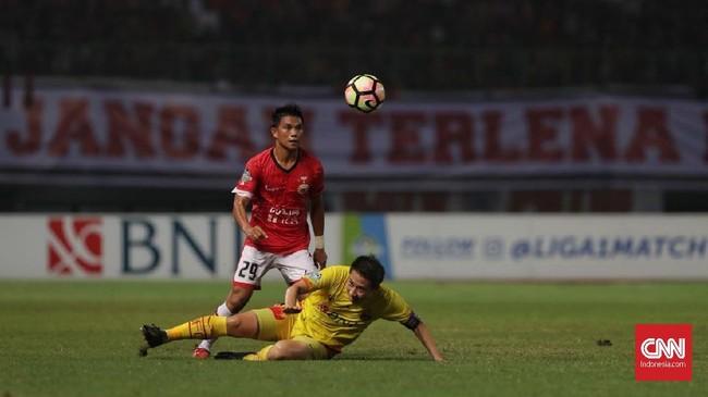 Pertandingan babak kedua berjalan keras. Wasit bahkan harus mengeluarkan kartu merah pada menit ke-54 untuk gelandang Persija Jakarta Sandi Sute. (CNN Indonesia/Adhi Wicaksono)