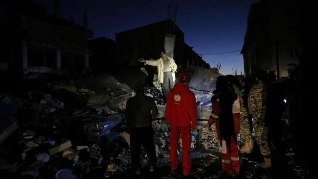 Setidaknya 210 orang tewas akibat gempa berkekuatan 7,3 skala Richter yang mengguncang di perbatasan Iran-Irak pada Minggu (12/11), sementara regu penyelamat masih berupaya menyelamatkan puluhan korban dari reruntuhan gedung. (AFP Photo/ISNA/Pouria Pakizeh)
