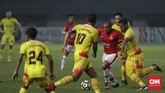 Meski kalah jumlah pemain, Persija Jakarta tetap mampu mengimbangi permainan Bhayangkara FC di babak kedua. (CNNIndonesia/Adhi Wicaksono)