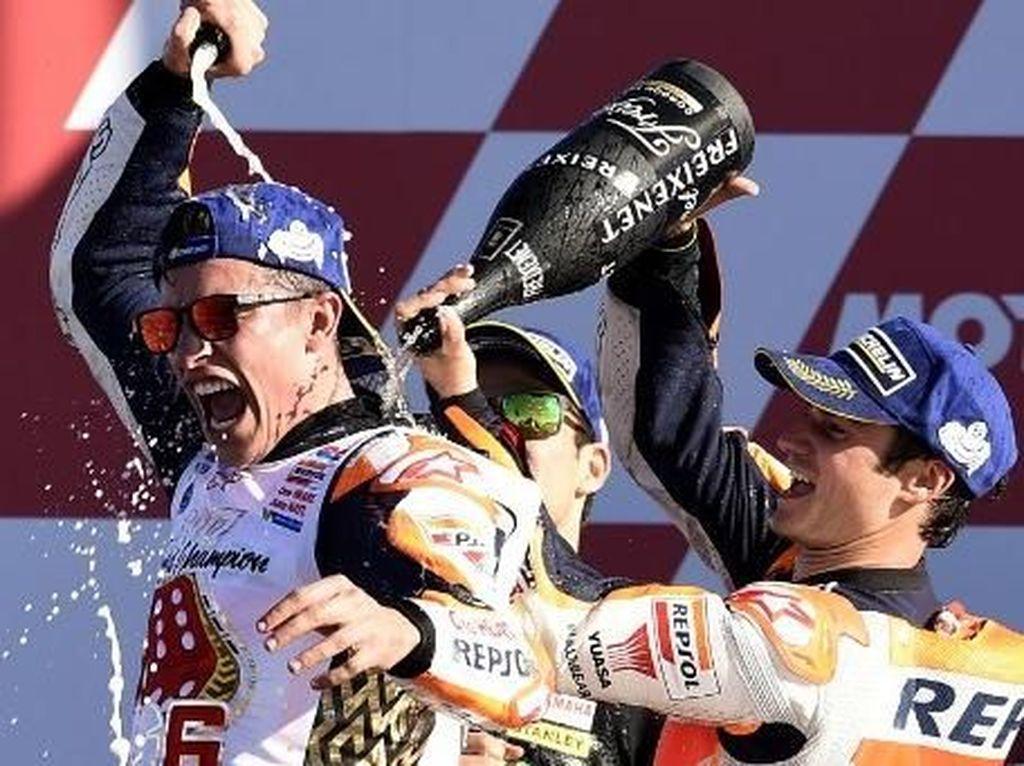 Marque cuma finis ketiga di Valencia. Keberhasilan dia menjadi juara dunia disempurnakan dengan sukses Dani Pedrosa menjejak podium tertinggi di Valencia. (AFP PHOTO / JOSE JORDAN)