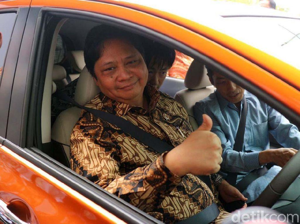 Menteri Perindustrian Airlangga Hartarto menjajal mobil listrik Note e-Power. Airlangga ditemani oleh Presiden Direktur Nissan Motor Indonesia Eiichi Koito, Dirjen Ilmate I Gusti Putu Suryawiryawan, serta General Manager R and D NMI Masayuki Ohsugi.