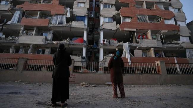 Listrik di sejumlah titik di Iran dan Irak pun dilaporkan terputus akibat gempa di Iran-Irak, membuat ribuan orang yang keluar dari rumah untuk menyelamatkan diri malah terjebak dinginnya udara menjelang musim dingin. (AFP Photo/ISNA/Pouria Pakizeh)