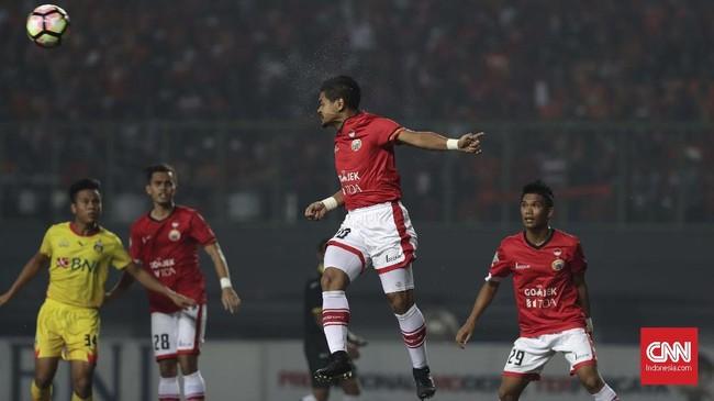 Penyerang Persija Jakarta Bambang Pamungkas menyundul bola. Persija sempat kesulitan mencetak gol di babak pertama karena pertahanan Bhayangkara FC yang solid. (CNNIndonesia/Adhi Wicaksono)