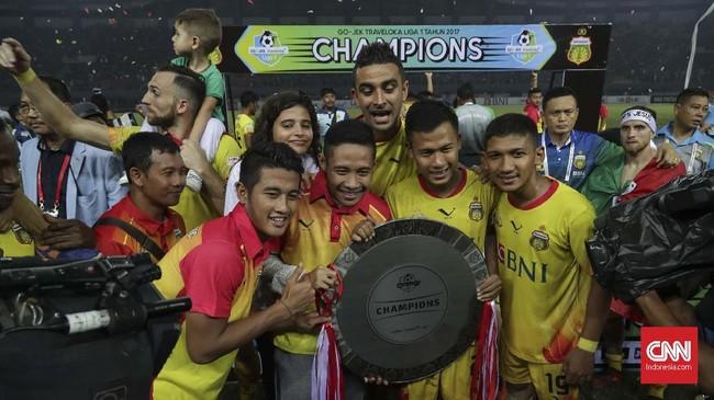 Para pemain Bhayangkara FC merayakan gelar Liga 1 2017, termasuk Evan Dimas Darmono yang dipastikan meninggalkan tim berjuluk The Guardian tersebut. (CNNIndonesia/Adhi Wicaksono)