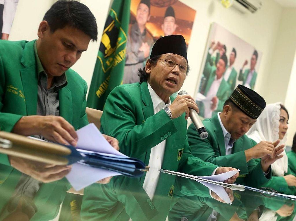 Djan Faridz memberikan keterangan pers di kantor DPP PPP, Jalan Diponegoro, Selasa (14/11).