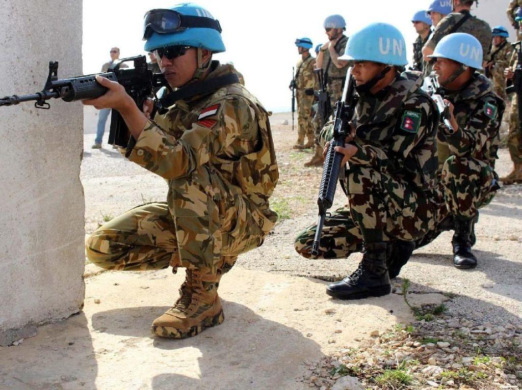 Prajurit TNI yang tergabung dalam Satgas Indobatt Konga XXIII-K/UNIFIL memberikan pelatihan kepada tentara UNIFIL (United Nations Interim Force In Lebanon) dan LAF (Lebanese Armed Force) dalam Joint Urban Combat Training. Pool/Penerangan Yonmek Konga XXIII-K/UNIFIL.