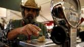 Jamur truffle putih temuannya itu menjadi yang terbesar nilainya saat dilelang pada Alba White Truffle dengan pembeli asal Hong Kong, senilai 75 ribu euro, dengan berat 850 gram. (REUTERS/ Stefano Rellandini)