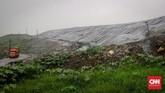 Sebuah truk melintas tumpukan sampah yang ditutup di kawasan Tempat Pembuangan Sampah Terpadu (TPST) Bantargebang, Bekasi, Jawa Barat. Pengelolaan TPST yang berada di kawasan Kota Bekasi ini berada di bawah koordinasi Pemprov DKI.(CNNIndonesia/Ramadhan Rizky)
