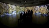 Berbeda dengan pameran di museum lain, pengunjung tak harus berjingkat-jingkat atau berbisik-bisik jika mengunjungi Van Gogh Alive Exhibition. (REUTERS/Alkis Konstantinidis)