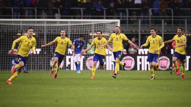 <p>Para pemain timnas Swedia merayakan sukses menahan imbang Italia dan memastikan langkah ke Piala Dunia 2018 usai pertandingan di San Siro. (AFP PHOTO / Marco BERTORELLO)</p>