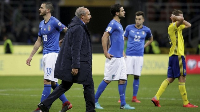 <p>Pelatih timnas Italia Gian Piero Ventura dan Leonardo Bonucci (kiri) terlihat kecewa usai gagal melangkah ke putaran final Piala Dunia 2018. (REUTERS/Max Rossi)</p>