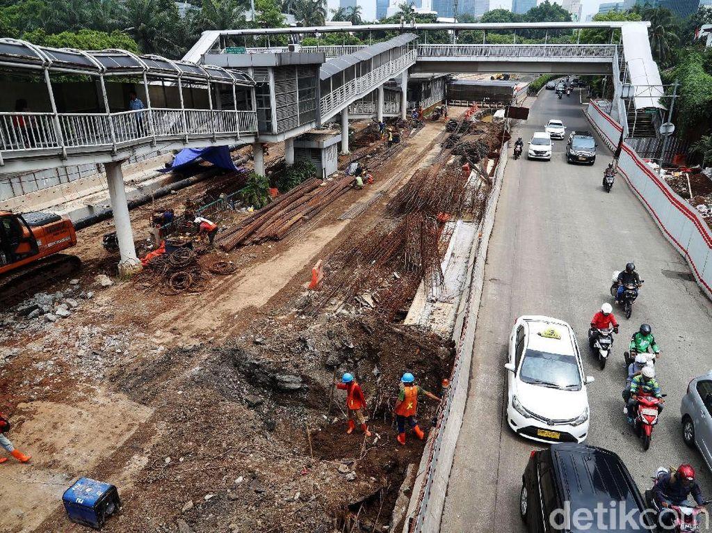 Tumpukan material untuk pembangunan underpass Mampang-Kuningan.