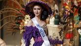 <p>Puteri Indonesia Lingkungan 2017 itu sebelumnya sempat membawa kostum nasional 'Mbok Jamu' rancangan Annisa Banyuwangi dalam sesi penilaian final. Busana ini menjadi satu dari tiga sesi penilaian yang ditampilkan, selain bikini dan gaun malam. (REUTERS/Toru Hanai)</p>