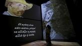 Pameran karya Van Gogh yang sudah keliling beberapa negara, termasuk Singapura di Asia Tenggara ini justru ingin merangsang seluruh indera pengunjung. (REUTERS/Alkis Konstantinidis)