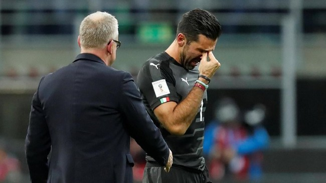 <p>Kiper timnas Italia Gianluigi Buffon menangis di depan pelatih timnas Swedia Jan Andersson usai pertandingan di Stadion San Siro. (REUTERS/Alessandro Garofalo)</p>
