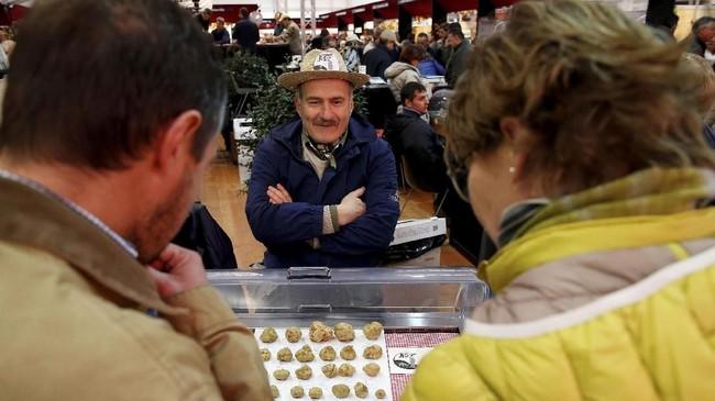 Alba merupakan kota kecil di barat laut Italia yang terkenal sebagai pusat jamur truffle putih. Di pasar tradisionalnya, wisatawan juga bisa menemukan penjual jamur truffle putih. (REUTERS/ Stefano Rellandini)