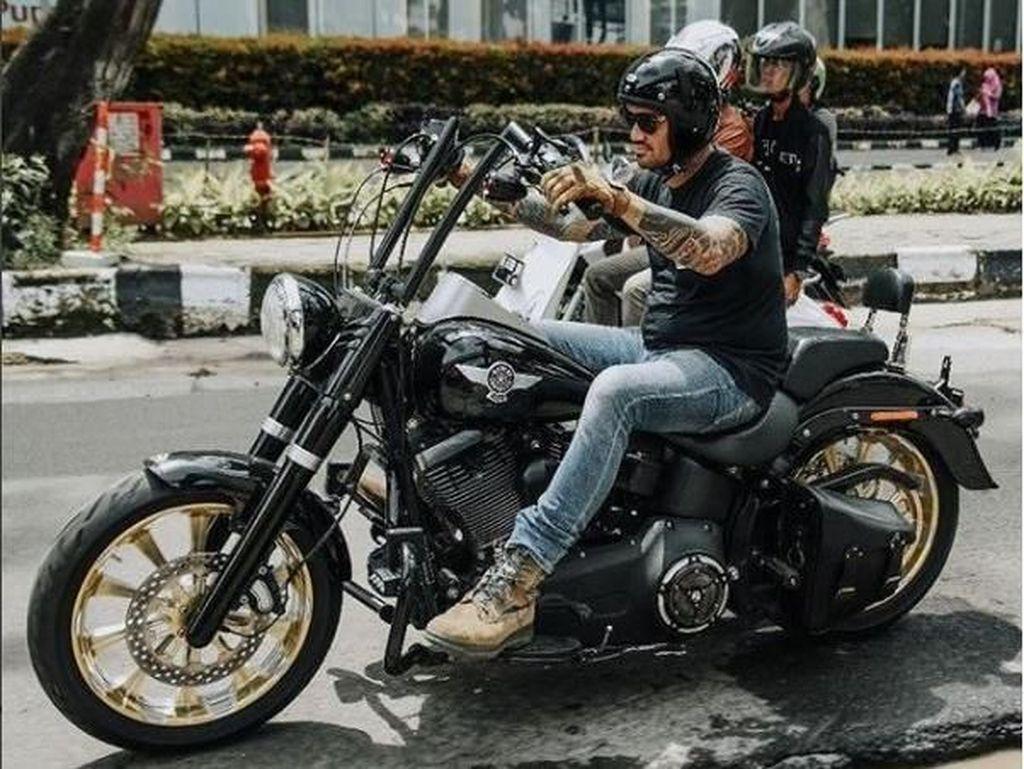 Salah satu motor favoritnya adalah Harley-Davidson. Foto: Instagram @t_orasudi_ro