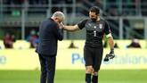 <p>Pelatih timnas Swedia Jan Andersson bersalaman dengan kiper timnas Italia Gianluigi Buffon usai pertandingan di Stadion San Siro. (REUTERS/Alessandro Garofalo)</p>