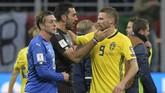 <p>Kiper timnas Italia Gianluigi Buffon memberi ucapan selamat kepada penyerang Swedia Marcus Berg usai pertandingan melawan Swedia. Italia untuk kali pertama gagal ke Piala Dunia sejak 1958. (AFP PHOTO / MIGUEL MEDINA)</p>