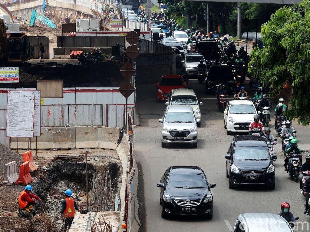Arus lalu lintas disekitar proyek merayap akibat penyempitan di salah satu sisi jalan.