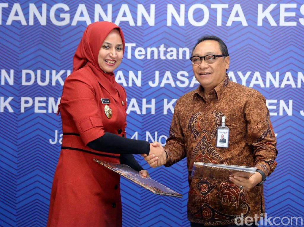 Bupati Jember Faida (kiri) dan Direktur Utama Bank Tabungan Negara Maryono (kanan) berjabat tangan usai menandatangani kerja sama.