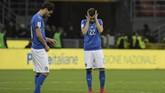 <p>Winger timnas Italia Stephan El Shaarawy (kanan) tertunduk lemas usai Gli Azzurri untuk kali ketiga gagal ke Piala Dunia setelah pada 1930 dan 1958. (AFP PHOTO / Miguel MEDINA)</p>