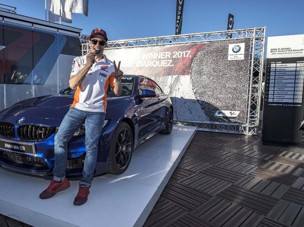 Seperti dikutip Motor1, Marquez kembali mendapatkan BMW M Award sebagai pebalap terbaik sepanjang balapan MotoGP tahun ini. Kali ini Marquez mendapatkan M4 CS limited-edition. Foto: BMW.